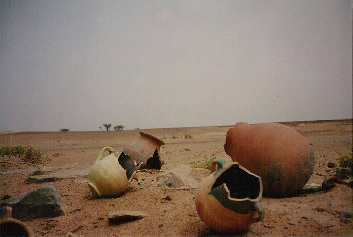 Restos de cerámica junto a las oraciones y ofrendas que encontramos en la ruta del Jbel Bani