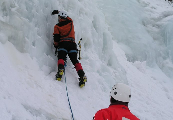 El primer tornillo, punto clave de la escalada a partir de aquí hasta donde llegues.