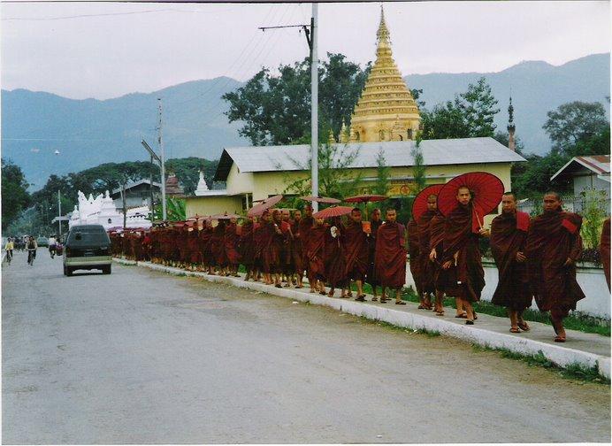 Monjes Budistas recorren las calles de cualquier pueblo en perfecto orden en busca de su comida.