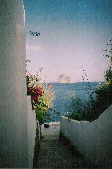 Callejuelas de postal con los colores típicos del Mediterráneo.
