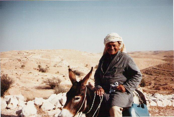 Simpático el paisano con los típicos burros tunecinos