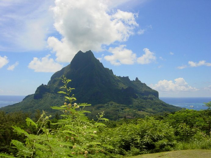 Las nubes se arremolinan sobre la cumbre de ésta montaña como si de un volcán se tratase.
