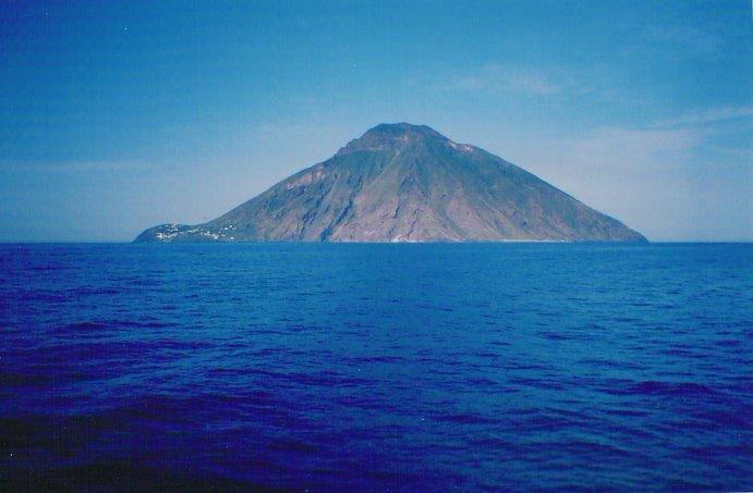 Activo, como hace miles de años, El Strómboli se yergue sobre el azul del Mar Tirreno
