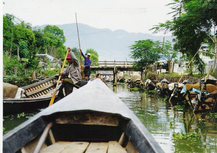Los canales del rio Ayeyarwady son un mosaíco de vida palafital increible.