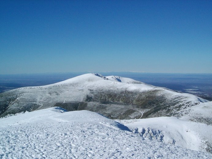 desde la cumbre del San Millan ,el Trigaza en 1er plano y al fondo Picos de Europa