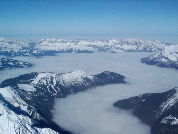serpentéa la niebla sobre el valle de Chamonix