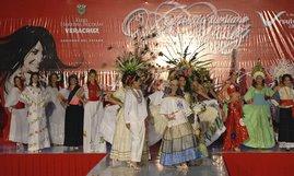 Participantes de la Gran Final Zona Centro en traje regional