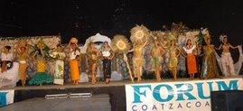 Participantes de la Gran Final Zona Sur en traje regional