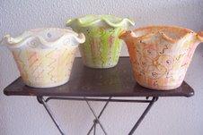 Vasinhos de cerâmica decorados - ficam lindinhos fixados na parede com umas plantinhas!