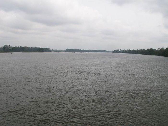 On traverse d'abord le fleuve SANAGA, 1000 mètres de large