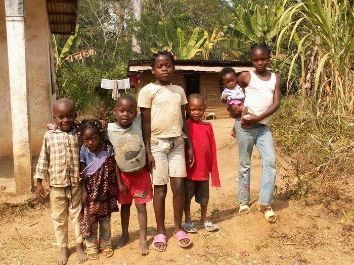 l'arrivée dans le village d'ebogo au bord du fleuve