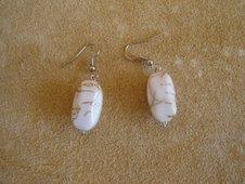 Brincos pedra branca, com dourado