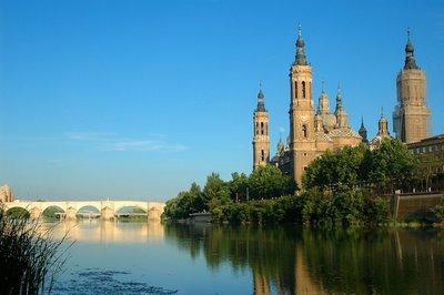 La basílica del Pilar a orillas del río Ebro, en Zaragoza