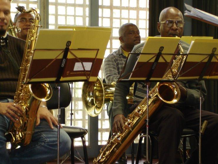 A banda e composta por diferentes naipes de instrumentos: Sopro, percussão, cordas...