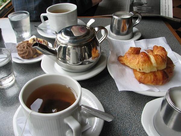 Miércoles a desayunar-http://photos1.blogger.com/blogger/1072/2099/1600/163129-Tea-and-Medialunas-2.jpg