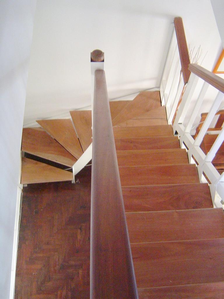 Eleve escaleras y barandas for Escalera de hormigon con descanso