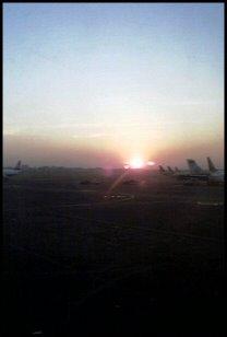 Auringonlasku Mumbain lentokentällä