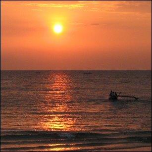 Kalamiehet Goassa purjehtivat kohti auringonlaskua