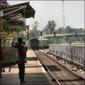 Valokuvassa juna lähtee Margaon asemalta kohti Intian pääkaupunkia New Delhiä. Klikkaamalla kuvaa näet videon Margaon junalaiturilta Goasta, jossa veden myyjä harjoittaa ammattiaan.