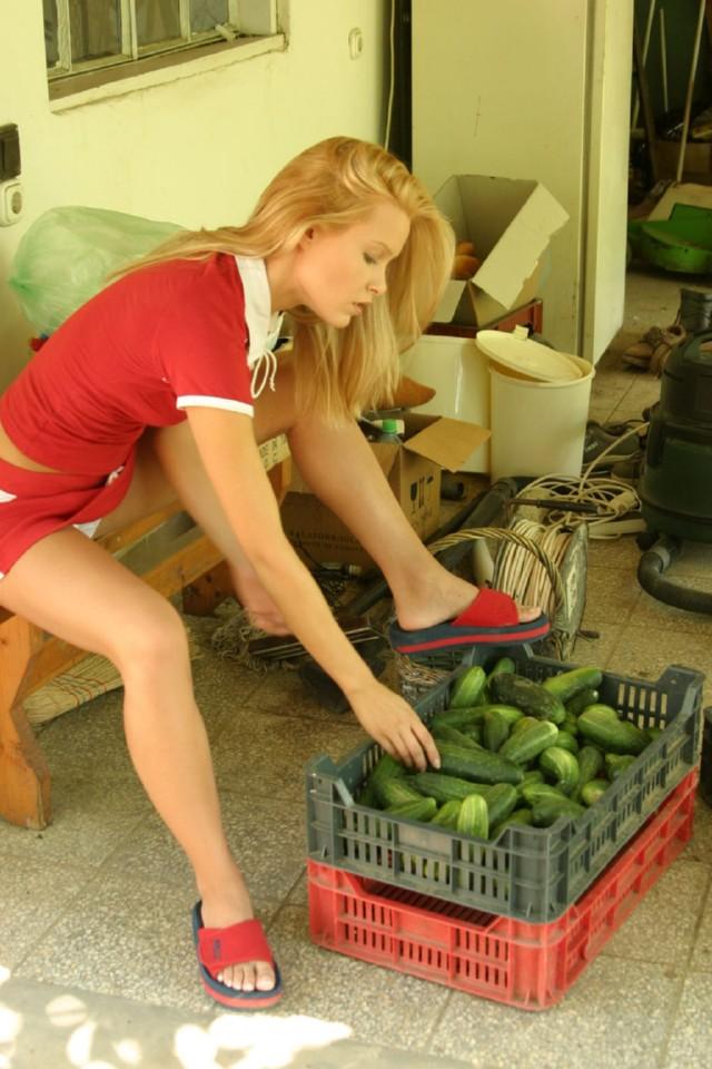 Mature housewife fucks a cucumber - XNXX. COM