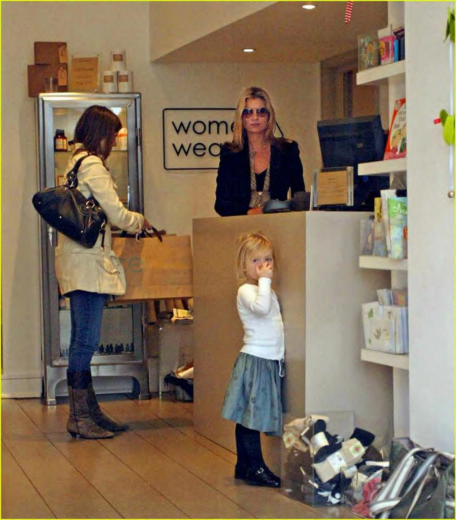Duo Site Sergei Naomi: Kate Moss And Daugther Lila Grace At Upscale Boutique