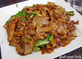 pad see ew with chicken flat rice noodle