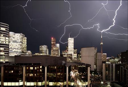 La CN Tower de Toronto tocada por un rayo