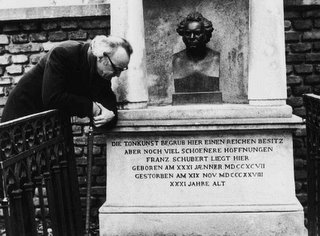 Alfred Brendel at the grave of Franz Schubert