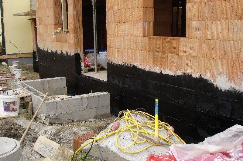 unser hausbau 2006 2007 tag 020 murexin bitumen voranstrich. Black Bedroom Furniture Sets. Home Design Ideas