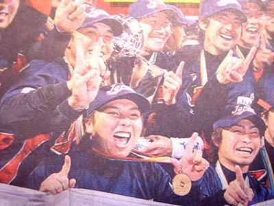 Chunichi Sports - Japan's winning baseball team give it the finger