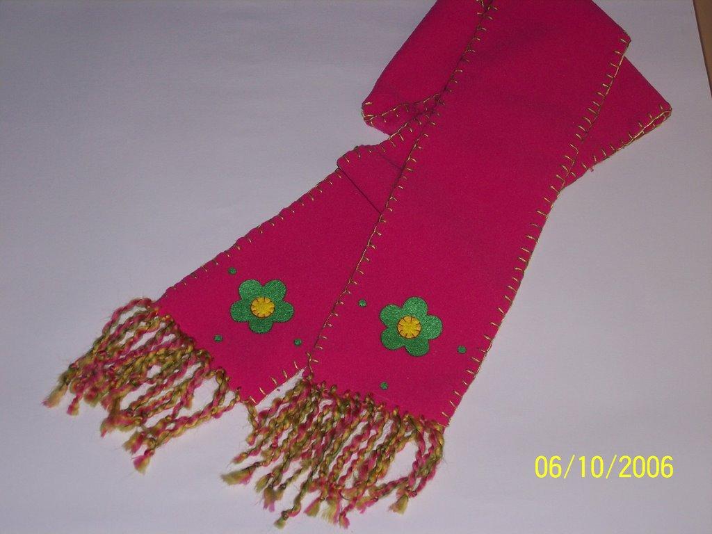 Una linda opción para decorar las bufandas  Hecha en tela (Polar en  Colombia). El borde con doble hilo   8 en colores a tono 429169231b1