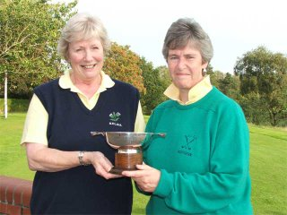 Kathleen Sutherland receives the Championship Trophy from SVLGA President Dawn Moor --- click to enlarge