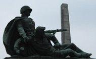Obelisco y estatuas en el memorial