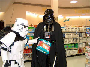 http://photos1.blogger.com/img/182/1011/1024/Vader%20shopping.jpg
