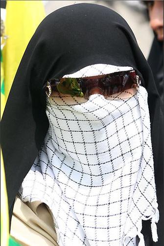 این وبلاگ به بحث در مورد اهانت ها وخیانت ها می پردازد تصاویری از خواهر های بهزاد مهرانی و